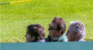 Ángel Haro, José Miguel López Catalán y Miguel Torrecilla observan uno de los primeros entrenamientos de Víctor en el Villamarín (Foto: J. J. Úbeda)