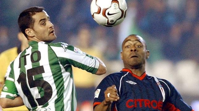 Ito pelea un balón con Vágner en el Betis-Celta del curso 03-04 jugado en Heliópolis (Foto: EPA)