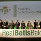 El consejo de administración del Real Betis, en el minuto de silencio previo al inicio de la Junta General de Accionistas celebrada ayer (Foto: J. M. Serrano)