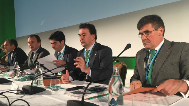 La mesa presidencial, con Ángel Haro en el centro, en la junta de accionistas