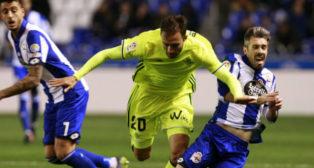 Pezzella pelea un balón con el deportivista Luisinho en la vuelta copera (Foto: EFE)
