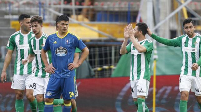 Facundo Roncaglia se lamenta tras el empate de Rubén Castro de penalti en el Betis-Celta