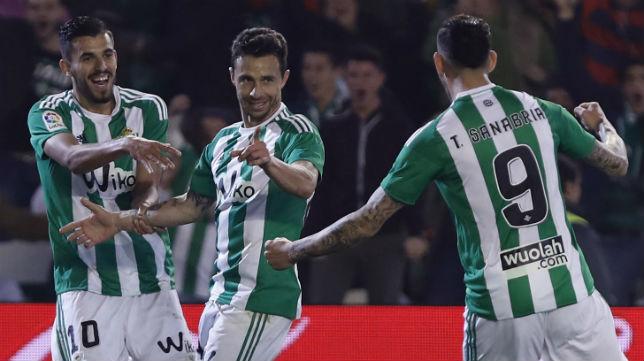 Rubén Castro celebra junto a Ceballos y Sanabria su gol ante el Athletic (Foto: EFE)