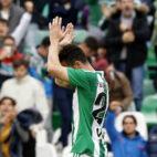 Rubén Castro agradece los cánticos del Villamarín tras marcarle al Celta (Foto: J. M. Serrano)