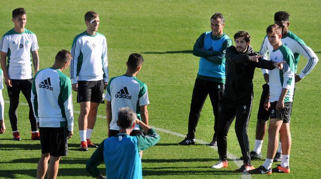 Víctor instruye al grupo (Foto: Juan José Úbeda).