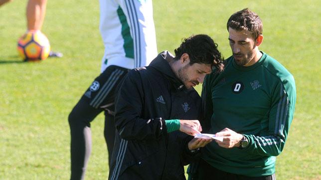 Víctor dialoga con su segundo, David Dóniga (Foto: Juan José Úbeda)