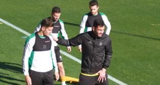 Adán se apoya en Álex Alegría ante Durmisi y Rubén (Foto: Rocío Ruz).