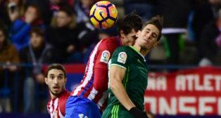 Álex Alegría salta con el jugador del Atlético de Madrid Vrsaljko (Foto: EFE)