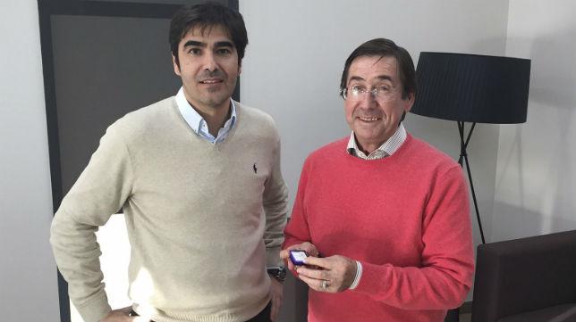 Ángel Haro, presidente del Real Betis, entrega a Julio Cardeñosa la insignia como homenaje a los campeones del 77 y 2005 (Foto: RBB)