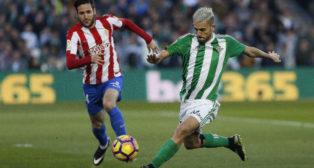 Dani Ceballos controla un balón ante el sportinguista Duje Cop (Foto: EFE)