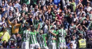 Los futbolistas del Betis se abrazaron para celebrar el gol de Alegría cerca de sus aficionados (Foto: EFE)