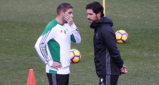 Joaquín dialoga con Víctor durante el entrenamiento (Foto: Raúl Doblado).