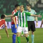Jonas Martin protesta una acción ante un jugador en el Betis-Sporting de Gijón (Foto: Raúl Doblado)