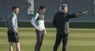 Rubén Pardo y Alin Tosca escuchan órdenes de Marcos Álvarez, preparador físico del Betis (Foto: J. J. Úbeda)