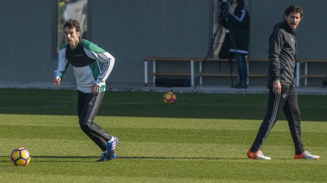 Rubén Pardo golpea el balón en presencia de Víctor (Foto: J. J. Úbeda)