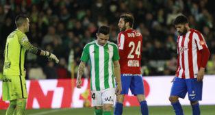 Rubén Castro, cabizbajo durante el encuentro ante el Sporting de Gijón (Foto: Raúl Doblado)