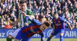 Alin Tosca pugna con Denis Suárez en el Betis-Barcelona (Foto: EFE)