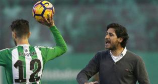 Víctor Sánchez del Amo da instrucciones durante el partido ante el Sporting de Gijón
