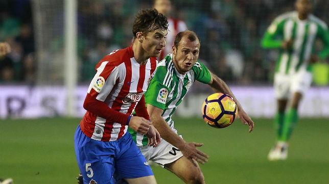Roman Zozulia pelea un balón en el choque frente al Sporting de Gijón