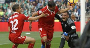 Adán reclama tras el gol anotado por Mercado (Foto: EFE)