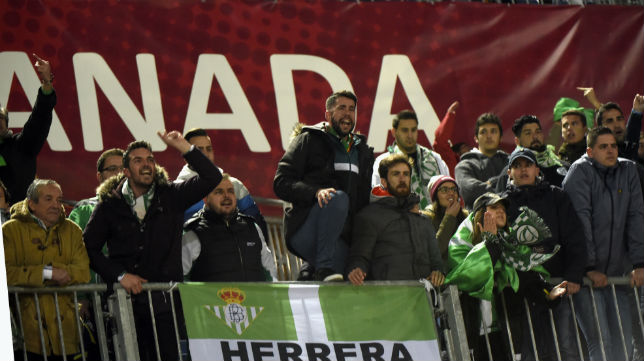 Imagen de las protestas finales de la afición bética en Los Cármenes de Granada (Foto: EFE)