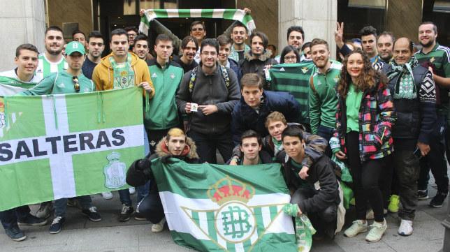 Aficionados béticos en Granada este viernes (Foto: @RealBetis)