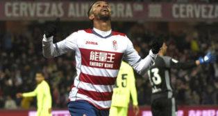 Medhi Carcela-González celebra el gol que abrió el Granada 4-1 Betis ante las quejas de Adán (Foto: EFE)
