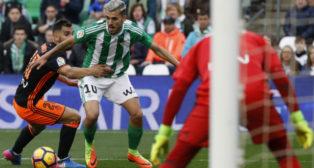 Dani Ceballos, en el lance en el que pidió penalti de Montoya, primero por agarrón y después por un pisotón (Foto: EFE)