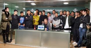 La plantilla del Betis lee un comunicado de apoyo a Zozulia (Foto: J. J. Úbeda)