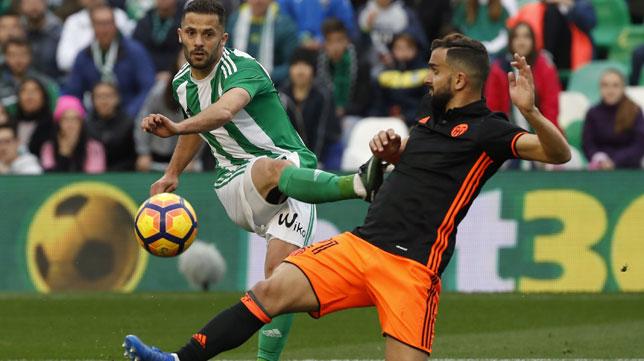 Durmisi y Montoya, en el Betis-Valencia (Foto: EFE)