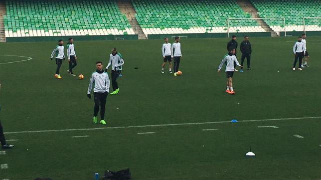 Varios futbolistas se entrenan en el Benito Villamarín (Foto: J. S.)
