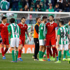 Los jugadores del Betis y del Sevilla FC se saludan tras el derbi