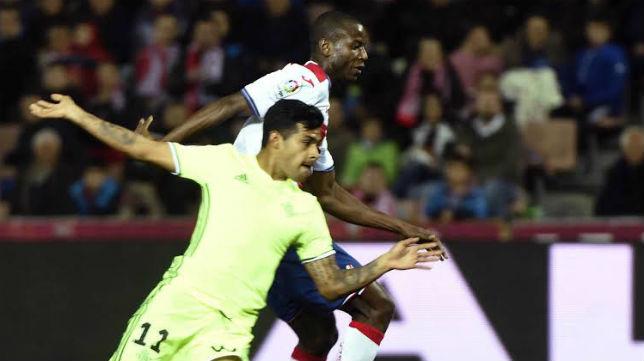 Nahuel Leiva pugna con un jugador del Granada en el choque del pasado viernes (Foto: EFE)