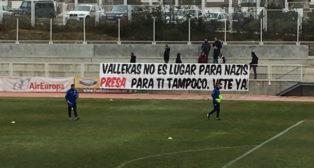 Pancarta en la ciudad deportiva del Rayo Vallecano en contra del fichaje de Zozulia (Foto: @UnionRayo)