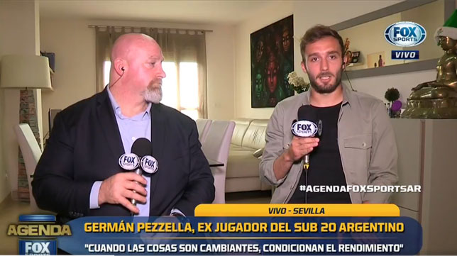 El periodista Christian Martin y Germán Pezzella, durante la entrevista para Fox Sports Argentina