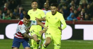 Piccini disputa un balón con el jugador del Granada Héctor (Foto: Alfredo Aguilar)
