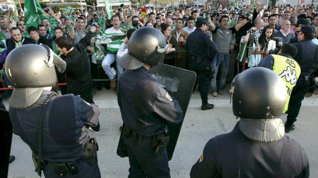 Miembros de La Policía, en un partido en el campo del Betis (EFE)