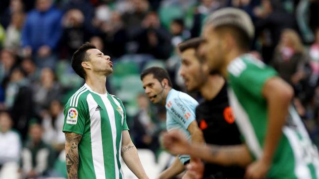 Rubén Castro se lamenta tras una acción ante el Valencia (Foto: J. M. Serrano)