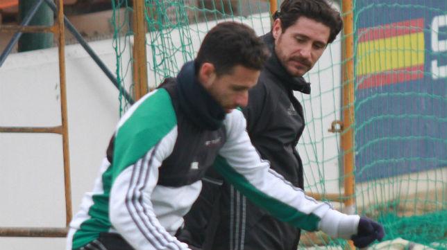 Víctor observa a Rubén Castro en un entrenamiento (Foto: Rocío Ruz)