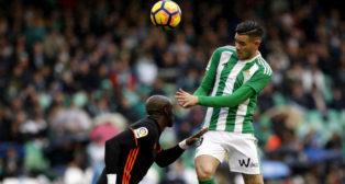 Sanabria remata de cabeza en el partido ante el Valencia