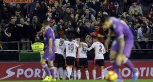 Los jugadores del Valencia celebran uno de los goles marcados al Madrid (Foto: EFE)