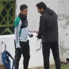 Víctor dialoga con Rubén Castro durante el entrenamiento de este lunes (Foto: Rocío Ruz)
