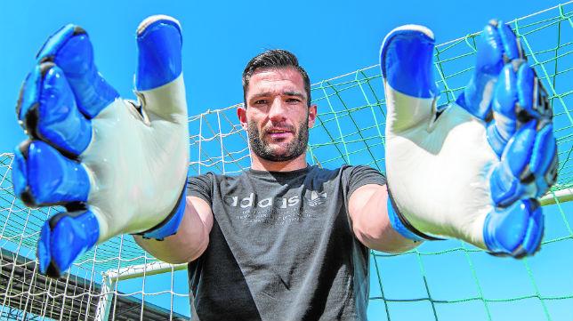 Adán posa para ABC en la ciudad deportiva Luis del Sol (Foto: J. J. Úbeda)