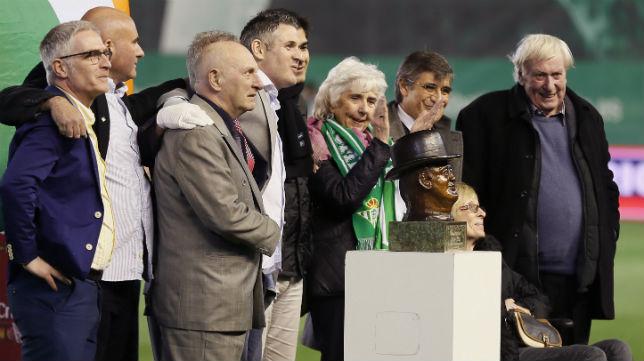 Entrega al Real Betis del busto de Patrick O'Connell (Foto: EFE)