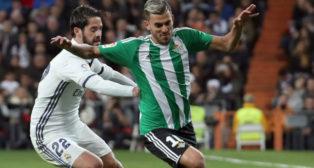 Dani Ceballos regatea a Isco en el partido disputado en el Bernabéu (Foto: J. J. Guillén)