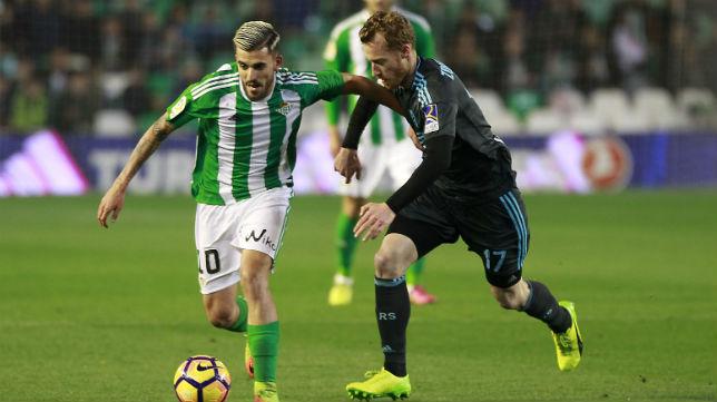 Ceballos recibe la presión del jugador de la Real Sociedad Zurutuza (Foto: Raúl Doblado)