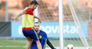 Dani Ceballos ante Pau López en el entrenamiento de ayer de la selección sub 21 (Foto: @SeFutbol)