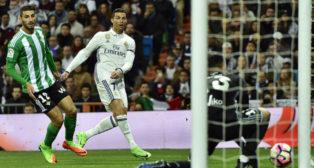 Adán despeja un remate de Cristiano Ronaldo en el Bernabéu (Foto: AFP)