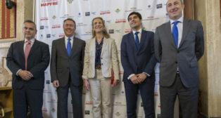 La Infanta Elena, junto al alcalde, Juan Espadas, y el presidente del Betis, Ángel Haro (Foto: Raúl Doblado)