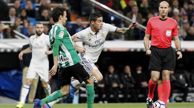 Rubén Pardo y James disputan un balón ante Mateu Lahoz